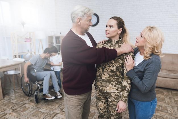 Uma mulher em camuflagem vai para o serviço militar.