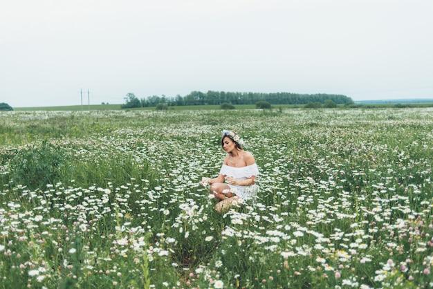 Uma mulher em um campo de chamomiles