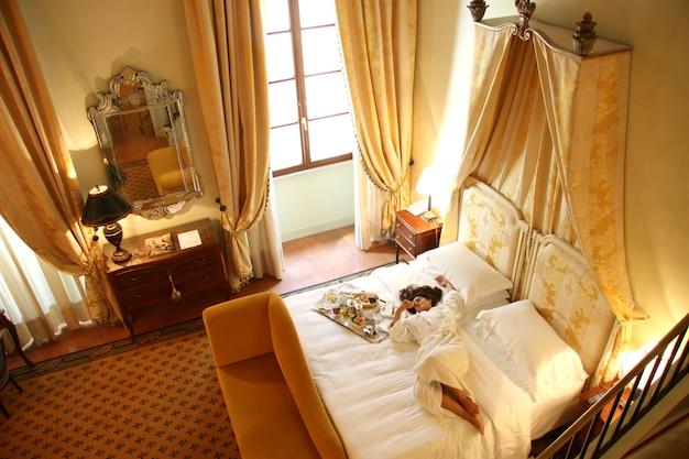 Uma mulher em um quarto de hotel de luxo
