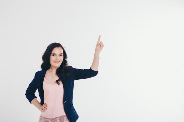 Uma mulher em um terno de negócios tocando