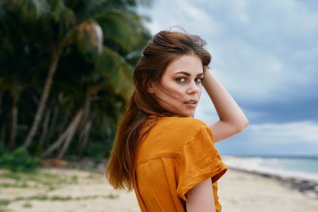Uma mulher encantadora posando em uma ilha exótica
