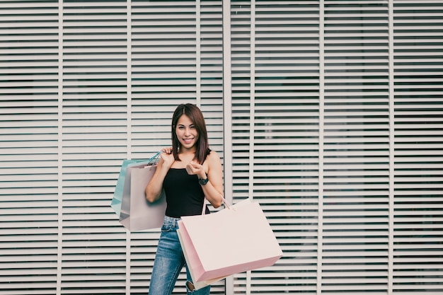 Uma mulher está comprando feliz