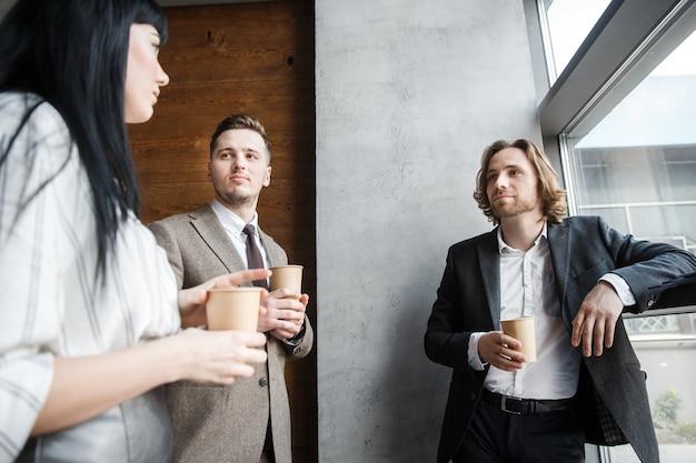 Uma mulher está contando uma história para dois homens
