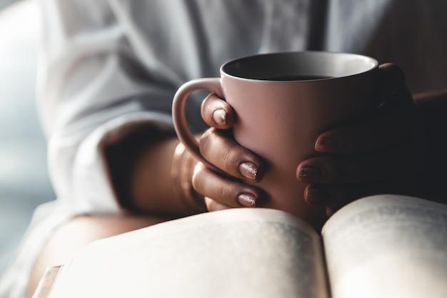 Uma mulher está lendo um livro. educação, treinamento, aprendizagem, hobby. manicure