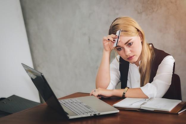 Uma mulher está tendo problemas com compras on-line com ansiedade.online security concepts.