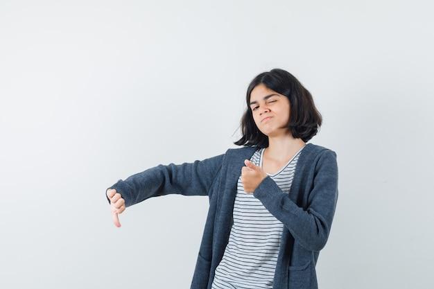 Uma mulher expressiva está posando no estúdio