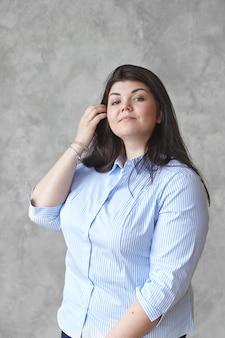 Uma mulher expressiva posa na casa