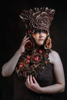 Uma mulher fantasiada de conto de fadas de feltro