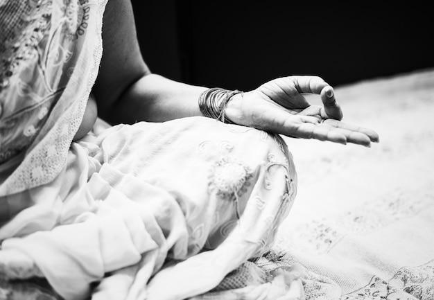 Uma mulher indiana meditando