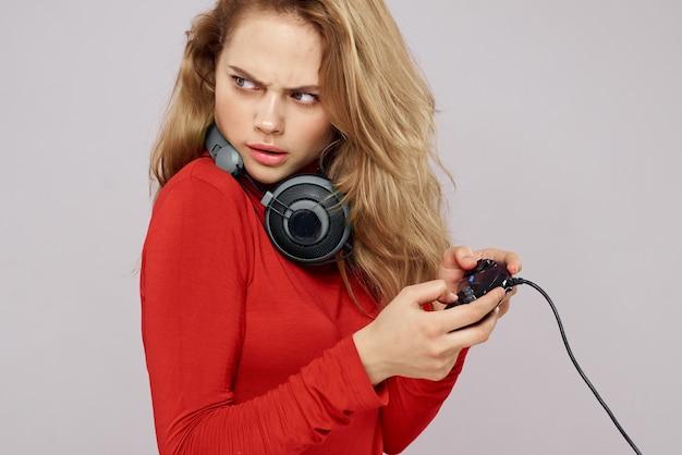 Uma mulher joga um jogo com os controles