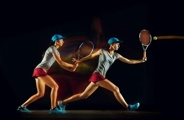 Uma mulher jogando tênis em diferentes posições, isolada na parede preta, sob luz mista e de stobe