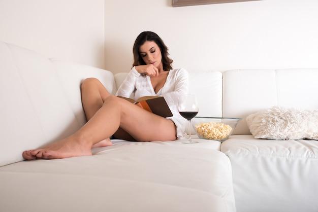 Uma mulher jovem e bonita no sofá