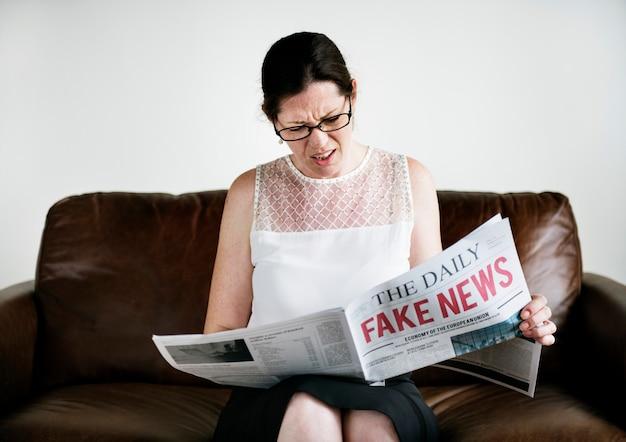 Uma mulher lendo notícias falsas