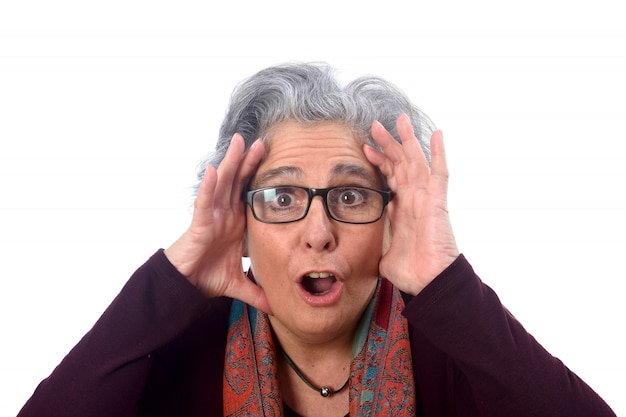 Uma mulher mais velha que tem uma surpresa
