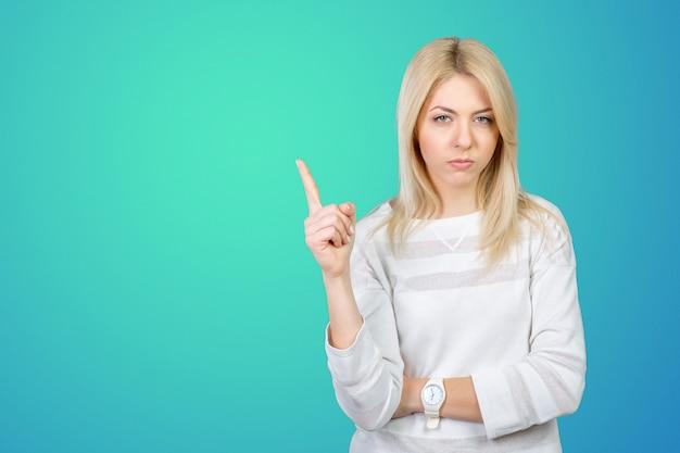 Uma mulher muito irritada aponta o dedo