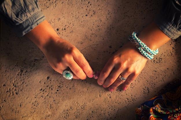 Uma mulher no estilo boho faz manicure