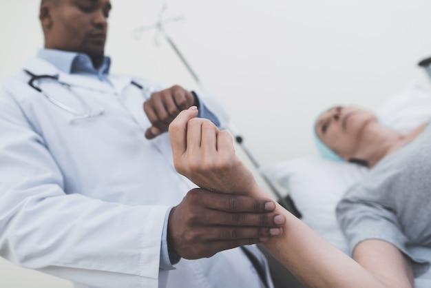 Uma mulher passa por reabilitação após o tratamento do câncer.