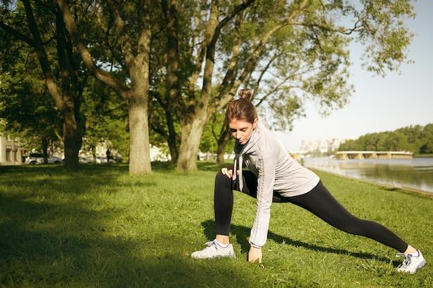 Uma mulher saudável está fazendo exercícios ao ar livre