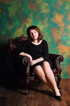 Uma mulher sentada em uma cadeira