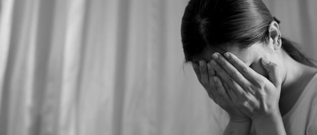 Uma mulher sentada estressada, deprimida, com insônia, que terminou com o namorado.