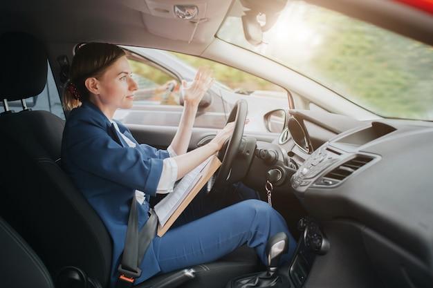 Uma mulher sente estresse na estrada. grandes engarrafamentos. mulher de negócios está atrasada para o trabalho