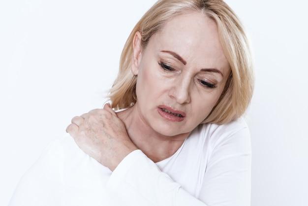 Uma mulher tem um pescoço dolorido.