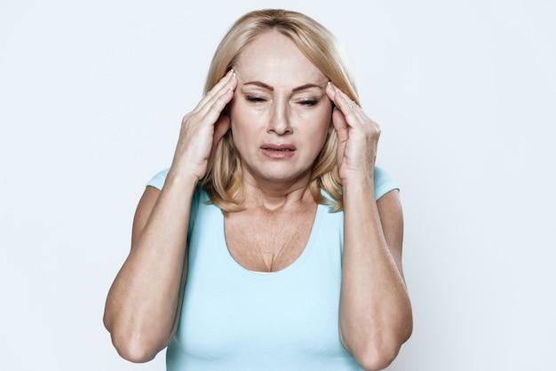 Uma mulher tem uma dor de cabeça na clínica.