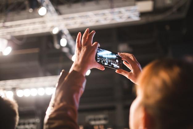 Uma mulher tira uma foto com o celular dela.