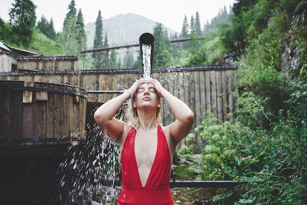 Uma mulher toma banho em uma fonte termal nas montanhas de zailiysky alatau em almaty. águas minerais de sulfureto-lodo de bem-estar mineral do cazaquistão