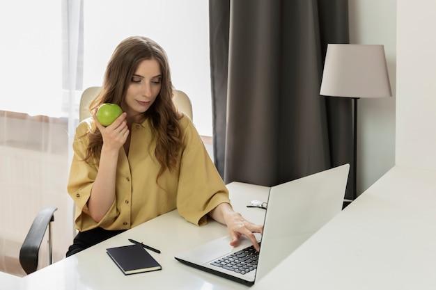Uma mulher trabalha em um computador sem sair.