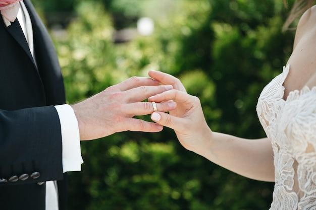 Uma mulher usa aliança para o marido