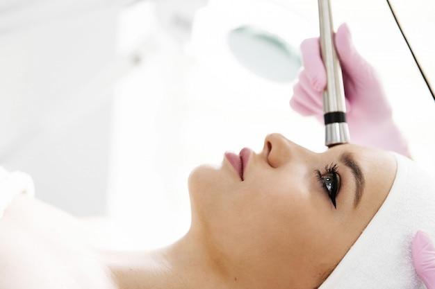 Uma mulher veio para depilação a laser facial.