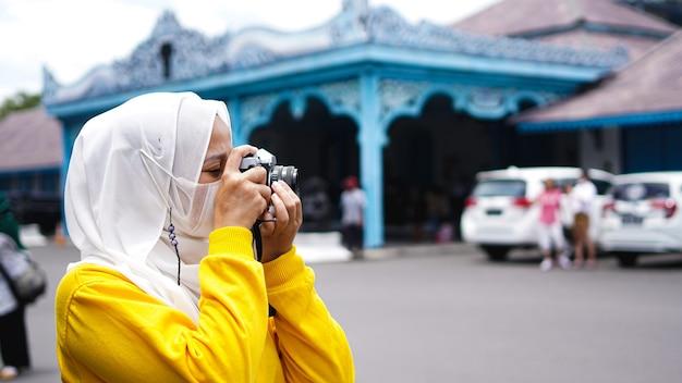 Uma mulher viajante asiática em solo de queraton