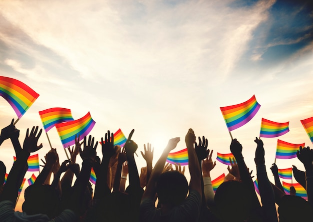 Uma multidão com bandeiras de arco-íris lgbt