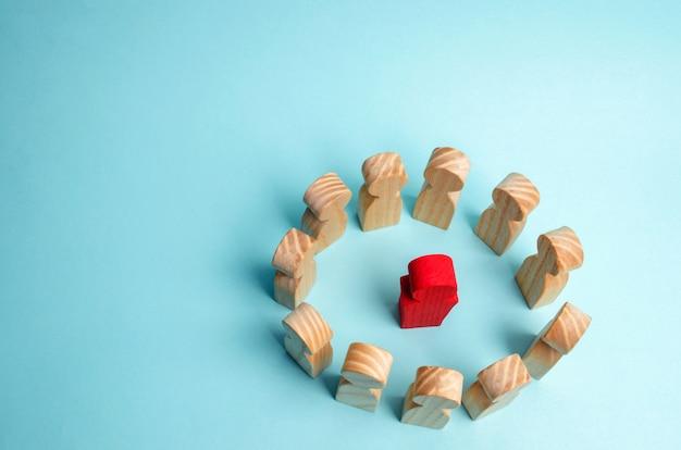 Uma multidão de trabalhadores está em círculo e ouve seu mentor, líder ou ceo.