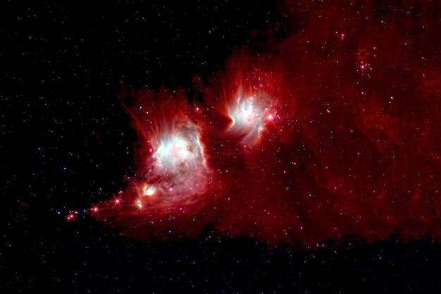 Uma nebulosa vermelha com muitas estrelas e áreas brilhantes os elementos desta imagem foram fornecidos pela nasa