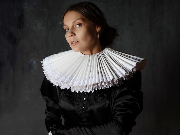 Uma nobre senhora em um traje medieval uma jovem com um colarinho espanhol redondo