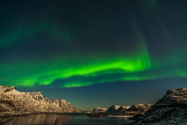 Uma noite maravilhosa com kp 5 luzes do norte voando sobre as montanhas