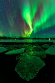 Uma noite maravilhosa com luzes do norte