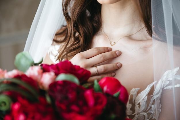 Uma noiva bonita se prepara para o casamento