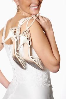Uma noiva e seus sapatos gastos após a festa de casamento