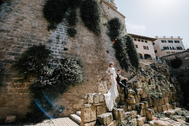 Uma noiva em um vestido branco com um buquê de flores nas mãos dela está posando