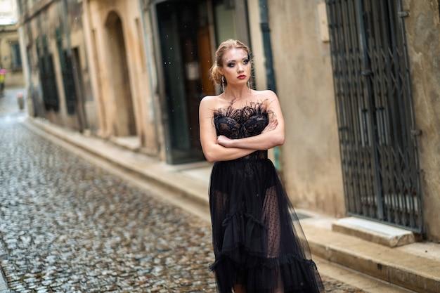 Uma noiva estilosa em um vestido de noiva preto na antiga cidade francesa de avignon. uma modelo de vestido preto