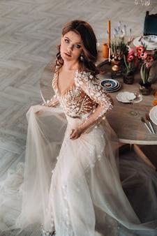 Uma noiva luxuosa em um vestido de noiva pela manhã em seu interior.