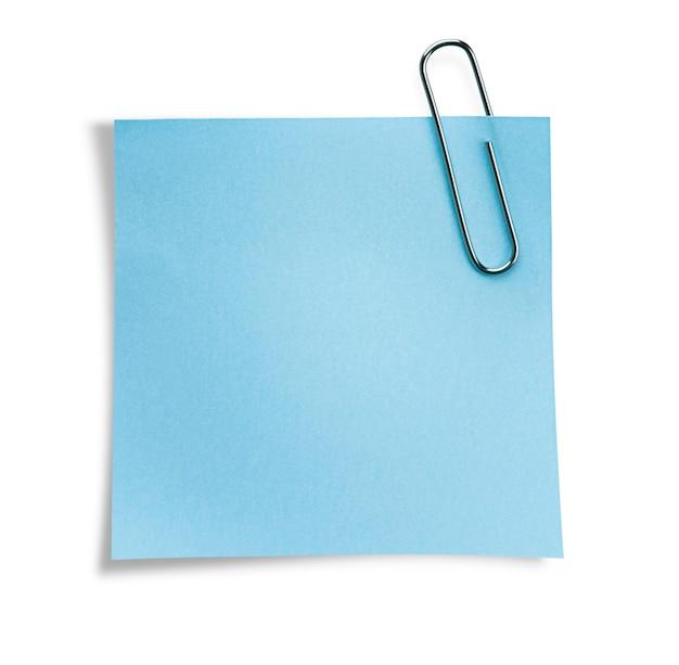 Uma nota adesiva azul clara em um clipe de papel. parede branca isolada