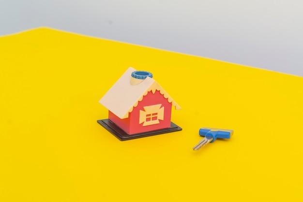 Uma nova casinha de brinquedos com conceito de par de chaves de um novo apartamento para compra de apartamento lay