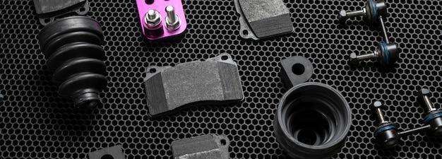 Uma nova coleção de peças sobressalentes de automóveis plana sobre fundo escuro, serviço de detalhes de mudança