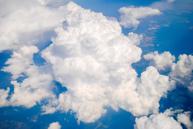Uma nuvem no céu com uma vista aérea
