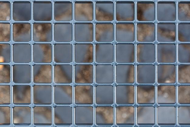 Uma olhada no mundo através das barras cinza.