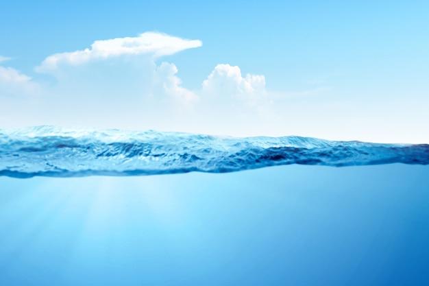 Uma onda de água azul no oceano